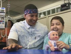 Daddy Yankee śpiewa Despacito z chorą dziewczynką