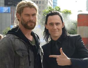 Thor i Loki w cywilu... sprzedają gazety! WOOOW!